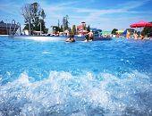 Upały zelżały, a na basenach ciągle gorąco. Woda w basenie ma 28 stopni!
